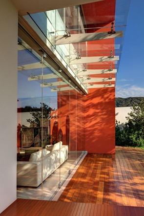 Casa-moderna-con-muro-de-cristal