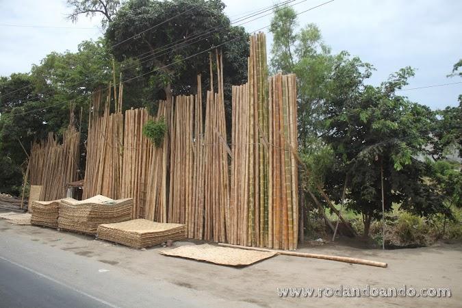 Algunas construcciones están hechas de esterillas, con los paneles que se ven apilados en la foto