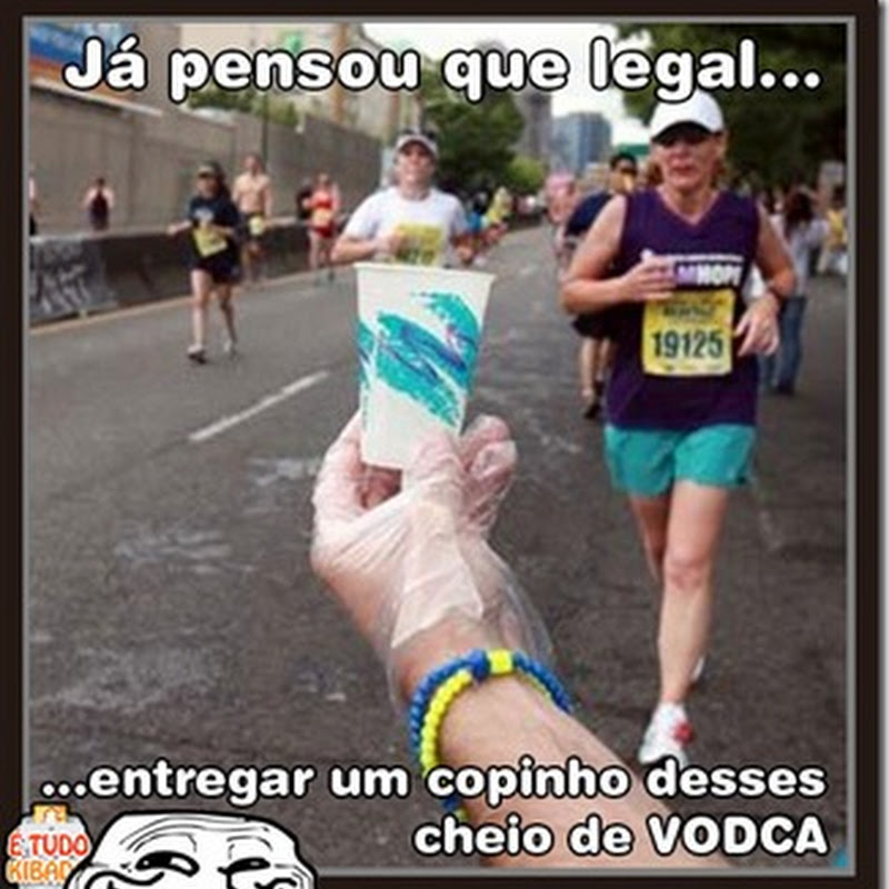 Humorista idiota dá cachaça para corredores de maratona