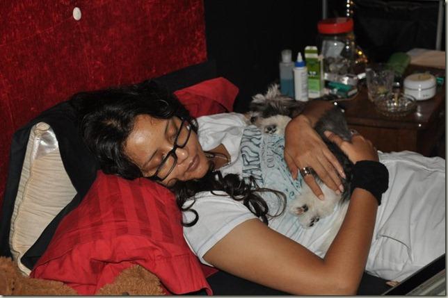 Nanu Baharuddin Pegang Dan Tidur Dengan Anjing1