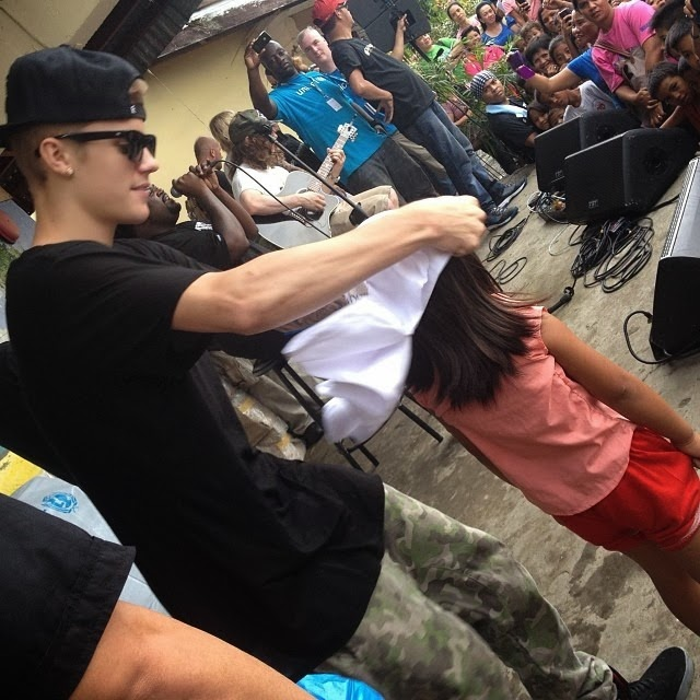 Justin Bieber visits Typhoon Haiyan victims Philippines (3)