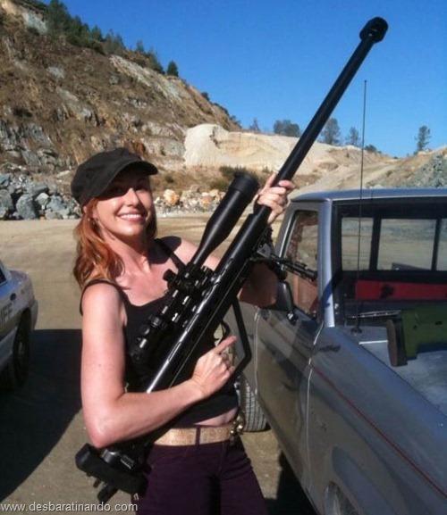 gatas armadas mulheres lindas com armas sexys sensuais desbaratinando (23)