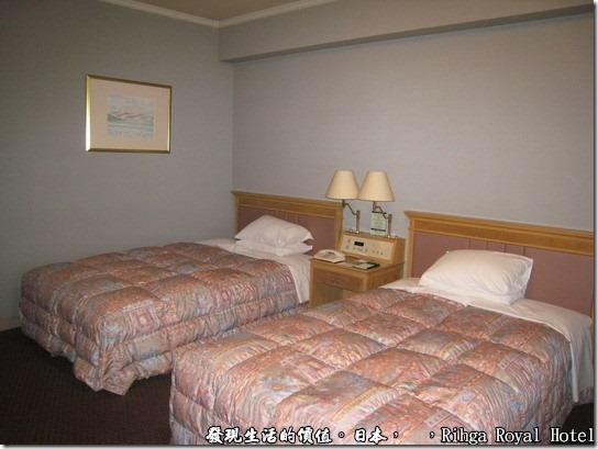 hotel_Rihga Royal Hotel Sakai _日本,有沒有看到兩個床舖中間的小桌子,上面有個中央控制面板,可以開關這個房間的所有電燈,我發現日本的飯店很喜歡做這樣的設計。