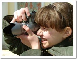 garota adolescente fotografando com uma câmera digital (Denis And Yulia Pogostins em www.123RF.com)