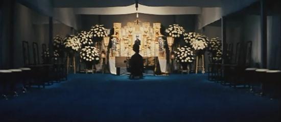 مراسمِ خاکسپاری پدربزرگ که پایاندهندهی جهانی نیز هست.