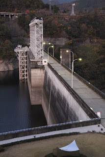 右岸の展望公園よりダム湖側の堤体を望む