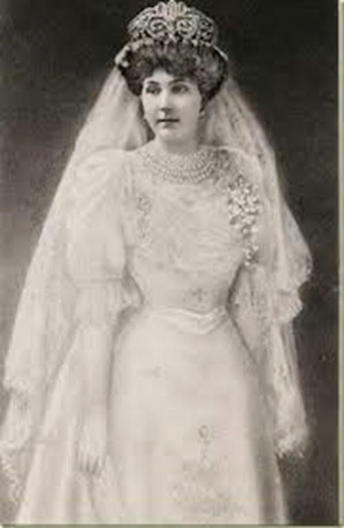 Reina Victoria Eugenia con el traje de boda.