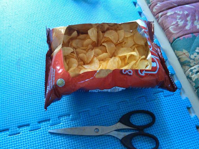 Trik Makan Snack Tanpa Wadah Dengan Elegan