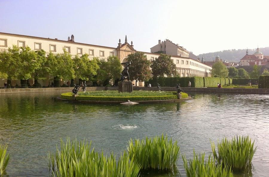 Вальдштейнский сад /></a></p> <p><strong>Вальдштейнский сад </strong>является частью дворцового комплекса на Малой-Стране. Сад и одноименный дворец были заложены в 1623-1629 гг. известным полководцем герцогом Альбрехтом Вальдштейном. Сейчас в этом тихом месте в центре Праги находится Сенат Чешской Республики.</p> <p><span id=