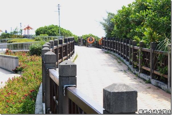東港青洲濱海遊憩區。海景棧道,全長約300公尺的海岸賞景步道,倚靠台灣海峽沙岸邊,沿途設置了觀海休憩亭,讓遊客能漫步其中、停腳小歇,分享青洲獨具的藍海水元素與綠色芬多精。