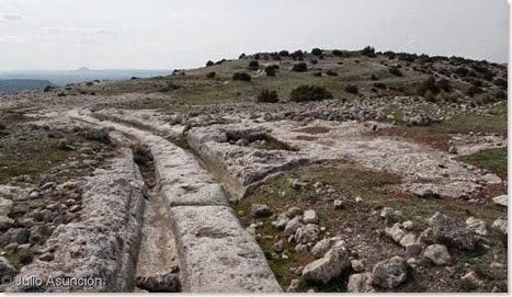 Vía principal con la acrópolis al fondo - Castellar de Meca - Ayora
