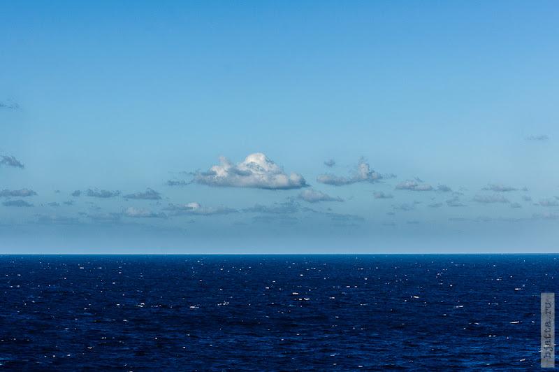 31. Круиз на Costa Concordia. День 7-й. Морской день, из Фуншала в Малагу, через гибралтар. По сравнению с атлантическим океаном, оно и правду чёрнючее.