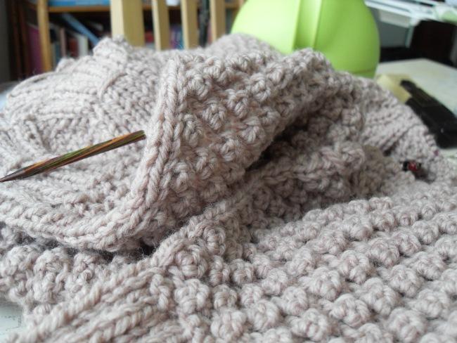Strikketøjet, der kun langsomt skrider frem.. Alt for hårdt er det at strikke mere end to pinde ad gangen...