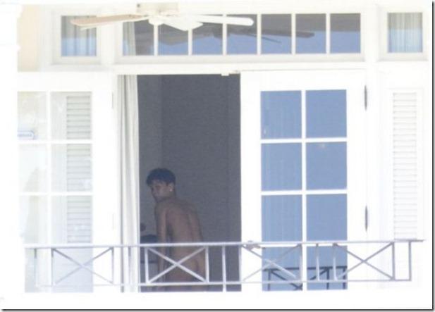 rihanna-nude-balcony-5