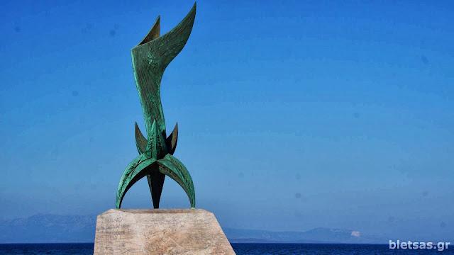 Το μνημείο της Εθνικής Αντίστασης στη νότια πλευρά του λιμανιού της Χίου.
