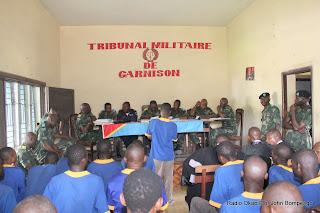 Une vue de la salle d'audience du tribunal militaire ce 29/04/2011 à Kinshasa,  dont au fond les juges du seant et en avant plan, les prévenus lors du procès des presumés insurgés Eniele. Ph John Bompengo/ Radio Okapi