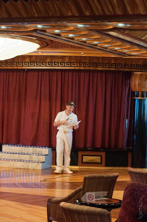 10. Спустившись на пятую палубу, и обнаружив пустым танцевальный зал, заподозрили, что мы всё же что-то упускаем. Октоберфест в феврале на Costa Concordia.