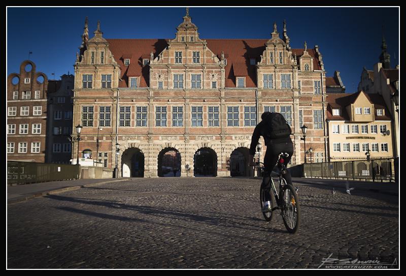 Gdańsk. Zielona brama i cyklista... cały czas coś kręcił.