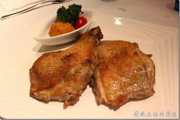 台南-西堤(Tasty)民族店。主餐-法式烤雞。沒想到在牛排館吃雞腿排也可以這麼好吃,煎到酥脆的外皮,具有彈性的肉質,個人推薦這道法式烤雞,上面還灑上了迷迭香香料,再沾點海鹽,味道更美。