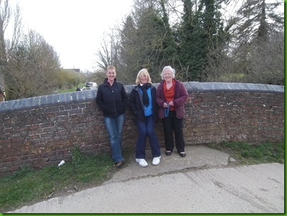 010  Janis, Sharon & Ann Westcott at Cropredy Lock Bridge