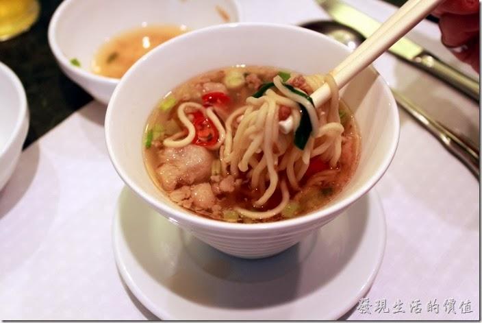 花蓮-翰品酒店。擔仔麵的湯頭怎麼喝起來像味噌湯,似乎與擔仔麵不太對味,麵條煮得也不夠熟。