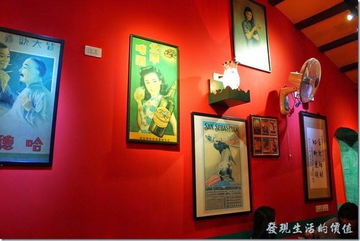 迪迪小吃餐廳內的牆上掛滿了各式南洋風情的圖畫!
