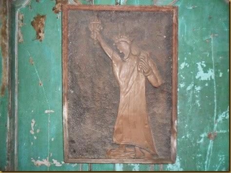 Relief Liberti dari lempengan plat kuningan tua, frame juga sudah sangat tua dari kayu, untuk koleksi hiasan dinding jadul