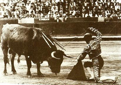 Barcelona Rafael el Gallo descabella rodilla en tierra (Mateo) 001