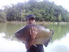 Agnaldo e um tambacú de 28 quilos pescado no Pesqueiro Três Irmãos em Peruíbe SP