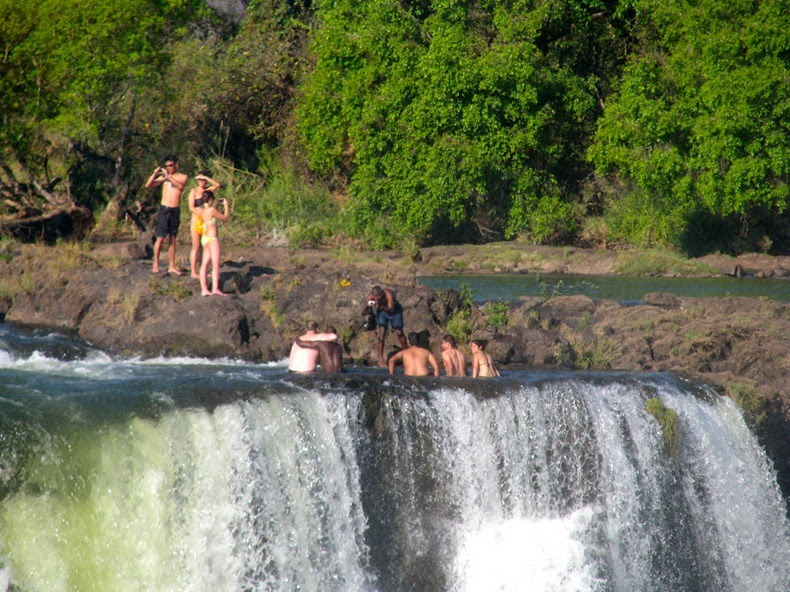 Devil 39 s pool swimming on the edge of the victoria falls amusing planet for Devils swimming pool victoria falls