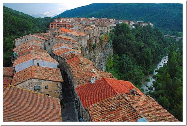 castellfollit_de_la_roca_cliff_top_town1