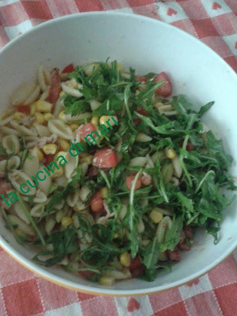 insalata di pasta con rucola e formaggio spalmabile