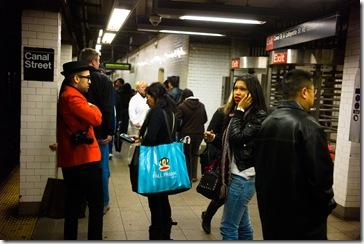 Llamadas en el Metro, Calle Canal, Chinatown, Nueva York, por Lee Gillen
