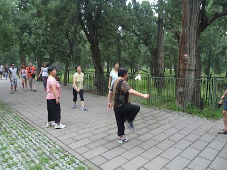 Parcul Cerului Beijing: chinezi jucand un soi de tenis cu piciorul