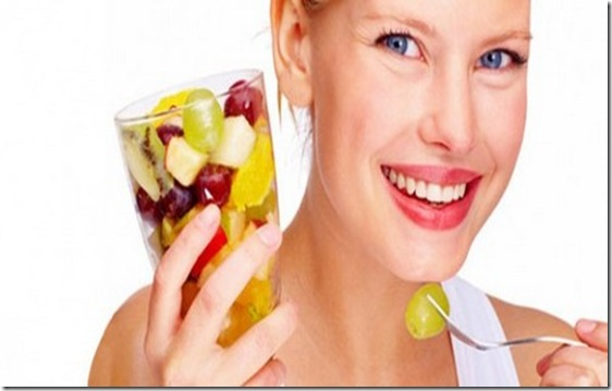 comendo frutas bem feliz
