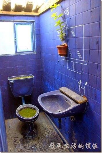 台南-西門路上司法宿舍群的藍晒圖2.0。這次的藍晒圖的房子內多了許多的綠意,這可是有專人在管理維護的,請愛惜這些公共資產,也請體會養護人的辛苦住任意破壞