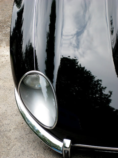 Top-view Jaguar XK-E, with Head-Light-Cover-Kit. The Head-Lamp-Cover Conversion-Kit made by designer Stefan Wahl in the tradition of Malcolm Sayer. / Jaguar e-Type mit Scheinwerferabdeckungen, designed und hergestellt von Designer Stefan Wahl in der Tradition von Malcolm Sayer.