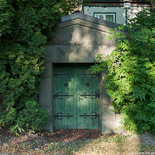 Likkällaren med grön dörr och vackra gångjärnsbeslag