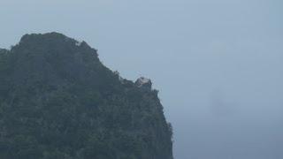 Flagge auf Sawa-I-Lau; Wanderung in den Hügeln von Nabukeru, Yasawa.