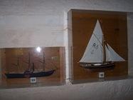 2008.10.17-002 maquettes de bateau dans l'église