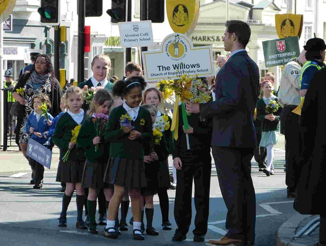 Ученики начальной школы The Willows со своим учителем