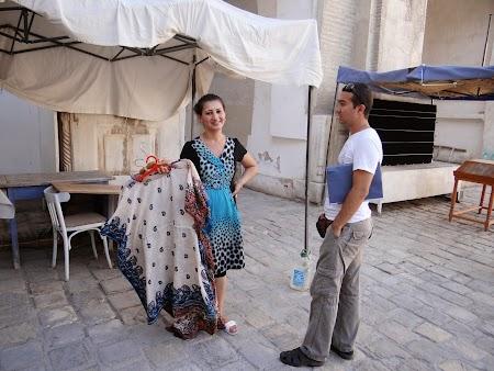 33. Vanzatoarea de camasi din Bukhara.JPG