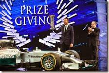 Hamilton alza il trofero di campione del mondo