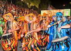 El desfile de los grupos lo abren los portabandera y portaestandartes de la agrupación, que en cada caso se identifica con colores diferentes y recuerda distintas zonas de África (Kenia, Senegal, Biafra, Ruanda, Madagascar, Camerún y Somalia, entre otras) / Foto: Oficina Nacional de Turismo de Uruguay.