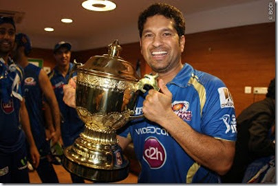 Sachin-Tendualkar-poses-trophy-MI-Win-IPL-2013