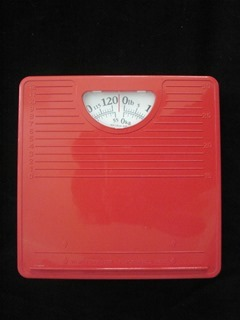 Mechanical scale that weighs up to 120 pounds or 55 kilograms. Top in red plastic that also features a shoe size scale.