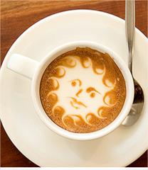 Figuritas hechas con café latte y mucha crema