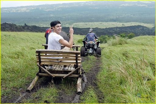 zac-efron-phillipines-trip-03