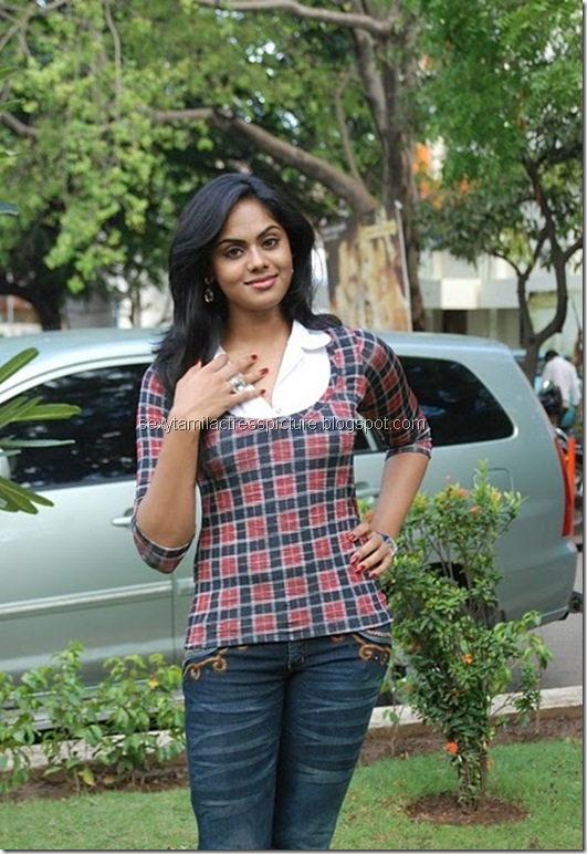 actress_karthika_nair_tight_jeans_&_tops_03