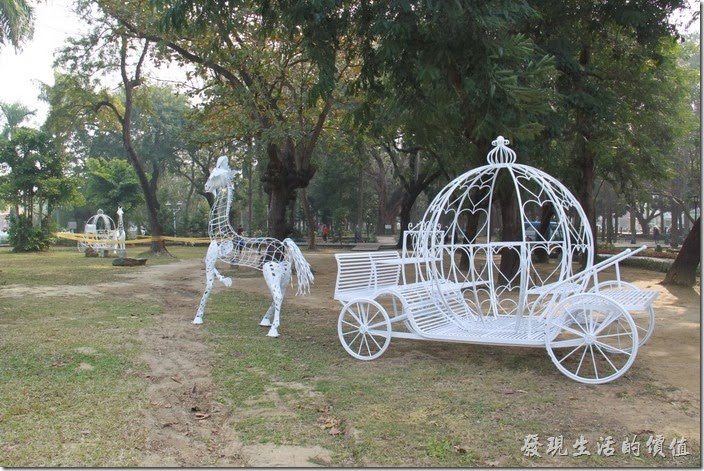 台南-2014中山公園百花祭。目前在台南公園內看到兩輛不同造型的馬車。